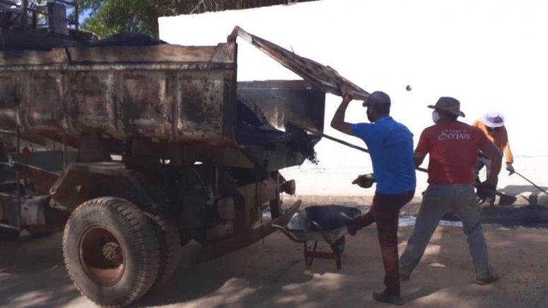 Tapa-buracos recebe ajuda de internos da Apac durante trabalho no Distrito Industrial