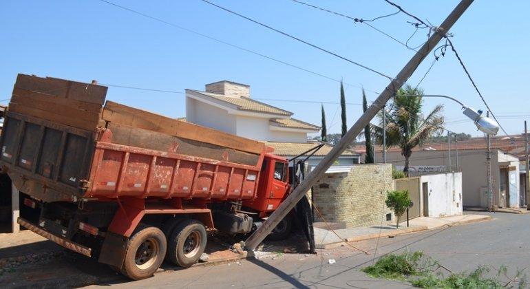 Caminhão sem motorista desce rua e atinge duas residências em Lagoa Formosa
