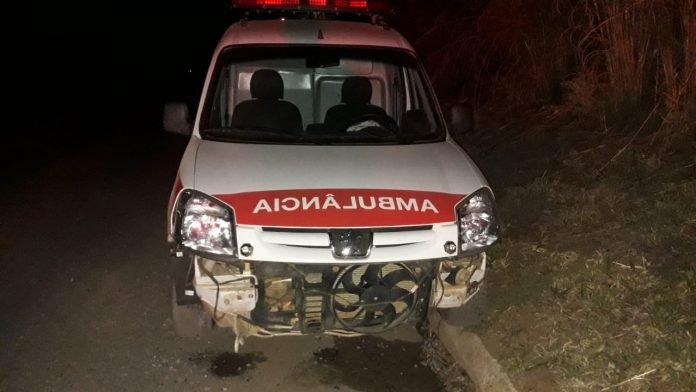 Ambulância de Carmo do Paranaíba sofre acidente na BR-354