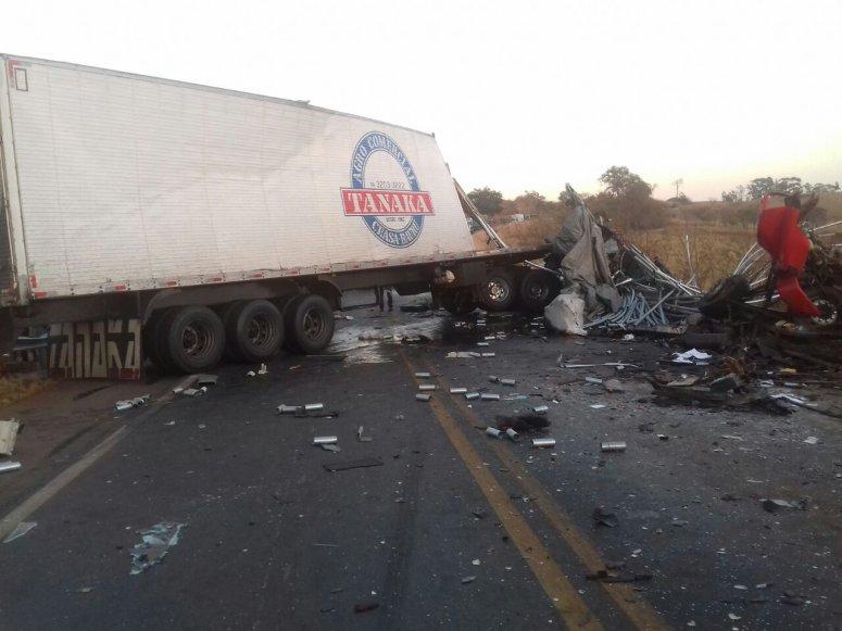 Dois caminhões batem na BR-365; uma pessoa morre e outra fica ferida