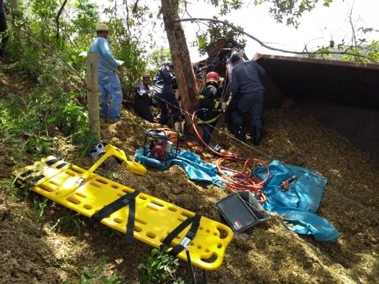 Caminhoneiro fica preso às ferragens em grave acidente na LMG-743 que liga Carmo do Paranaíba à Quintinos