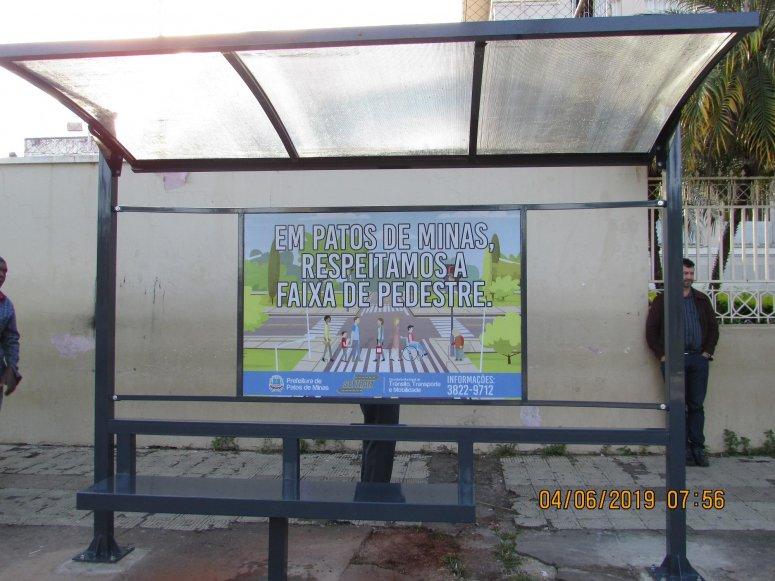 Prefeitura instala novos abrigos para ponto de ônibus em diversos bairros da cidade