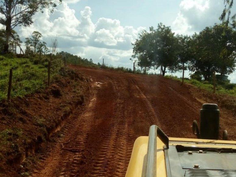 Manutenção de estradas: Secretaria de Agricultura atua nas regiões de Capela das Posses e Palmital