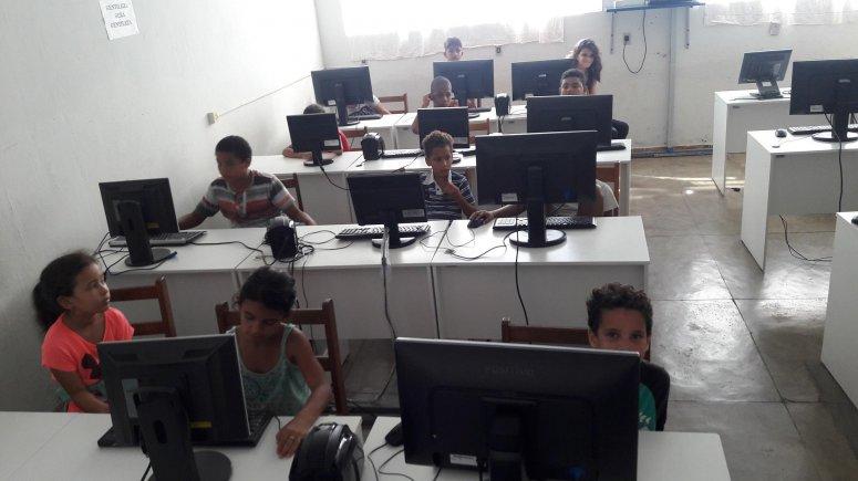Alunos do projeto Viva Cristavo participam de aulas de informática