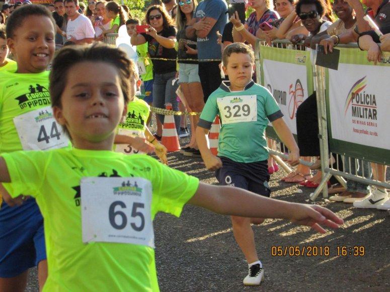 Corrida do Pipoquinha atrai centenas de crianças e adolescentes, que encararam a prova como uma brincadeira séria