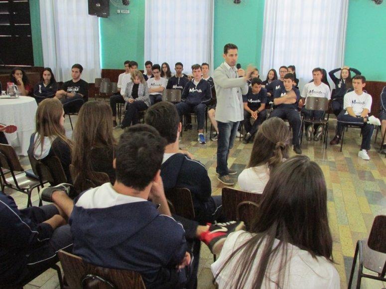 Coordenador dos cursos de Comunicação Social participa de debate no Colégio Marista