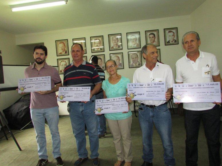 Sindicato Rural entrega cheques às entidades após show lançamento da Fenamilho