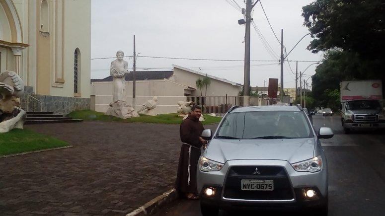 Benção dos carros está acontecendo próximo à Igreja Santa Terezinha, em Patos de Minas
