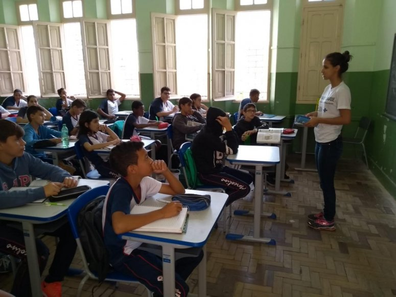 Alunos da Escola Estadual Marcolino de Barros participam de palestra educativa sobre o mosquito Aedes aegypti