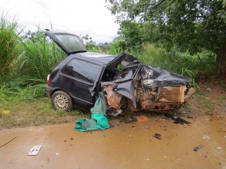 Veículo de Carmo do Paranaíba sofre acidente na BR-354 e deixa passageira gravemente ferida