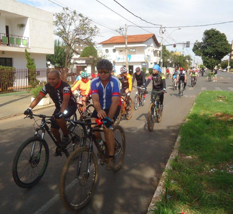 Passeio ciclístico reuniu famílias e amantes do pedal