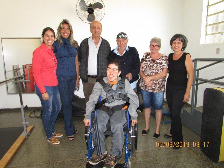 Prefeitura entrega cadeiras de rodas para pacientes da Clínica de Reabilitação Física Totó Veloso