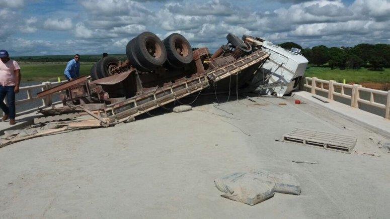 Caminhão carregado de cimento tomba sobre ponte na BR-040, em Paracatu