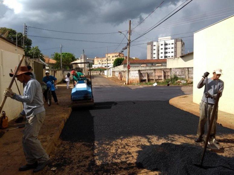 Ações da operação tapa-buracos são realizadas no bairro do Rosário