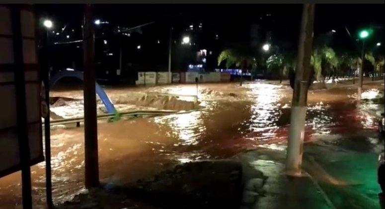 Chuva forte causa estragos em Patos de Minas
