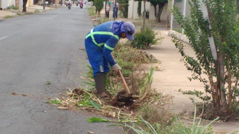 Frentes de trabalho atuam na limpeza da cidade
