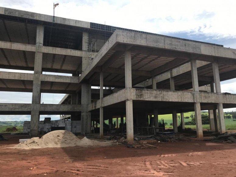 Reitor da UFU visita obras do Campus Patos de Minas