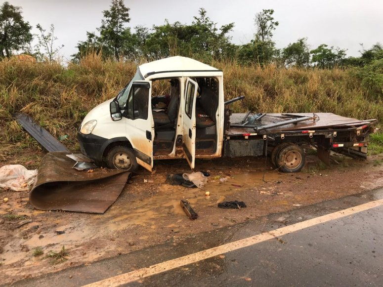 Caminhão aquaplana e capota na MG 230 em Rio Paranaíba