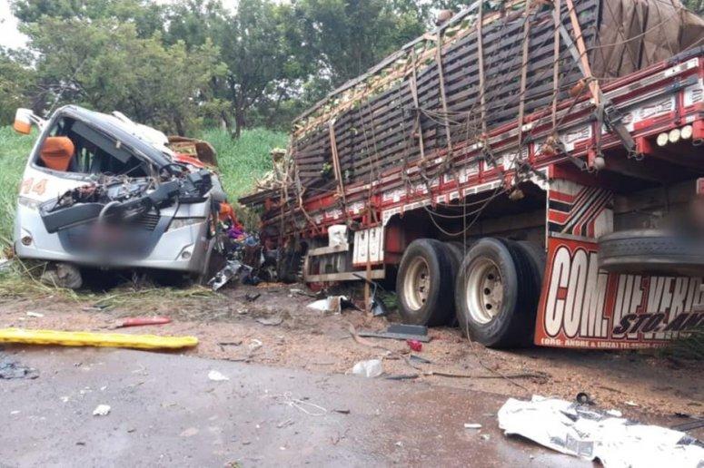 Ônibus e caminhão batem de frente e deixam 11 mortos e 17 feridos em Pirapora