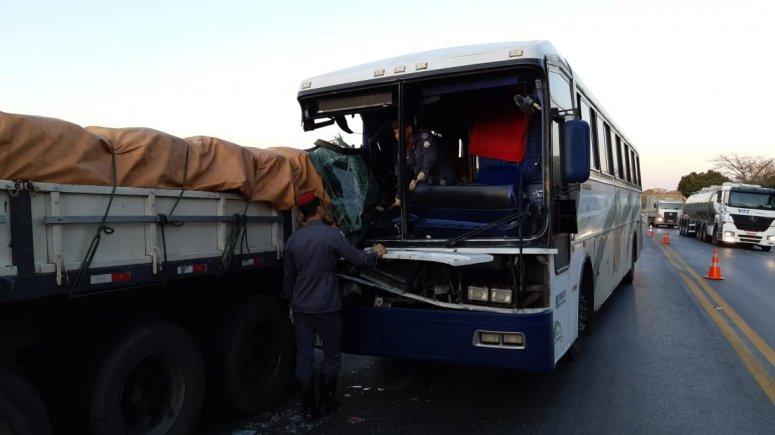 Criança morre em acidente entre ônibus e carreta na BR-365 em Patos de Minas