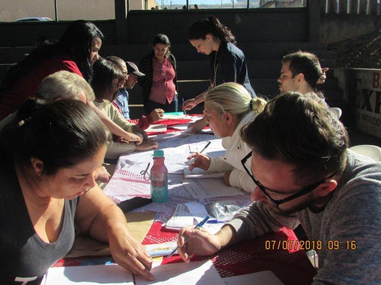 Moradores do bairro Jardim Esperança entregam documentação para regularizar suas residências