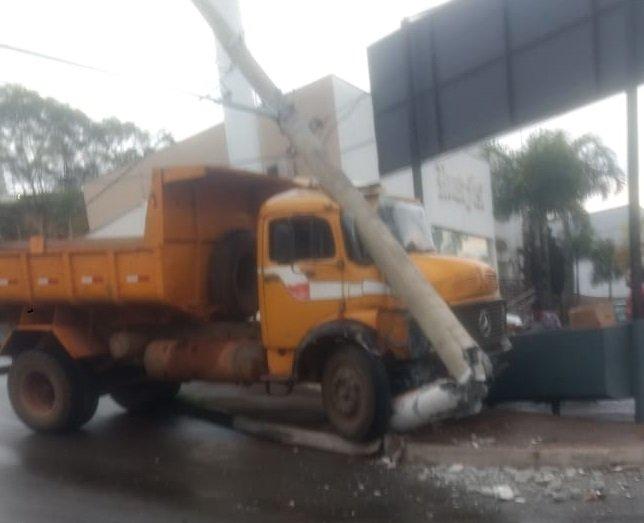 Motorista de caminhão perde controle direcional e bate em poste de iluminação pública