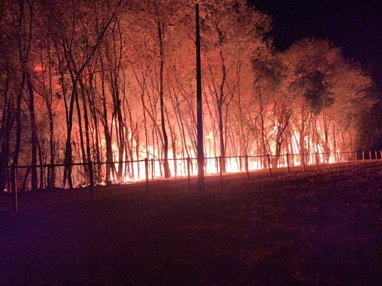 Veja o vídeo: Incêndio de grandes proporções é registrado em Patos de Minas