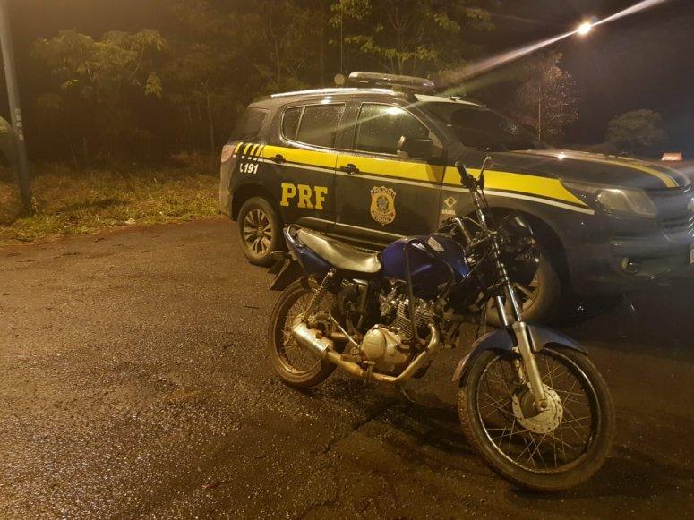 PRF realiza prisão de indivíduo e apreensão de motocicleta com placa adulterada