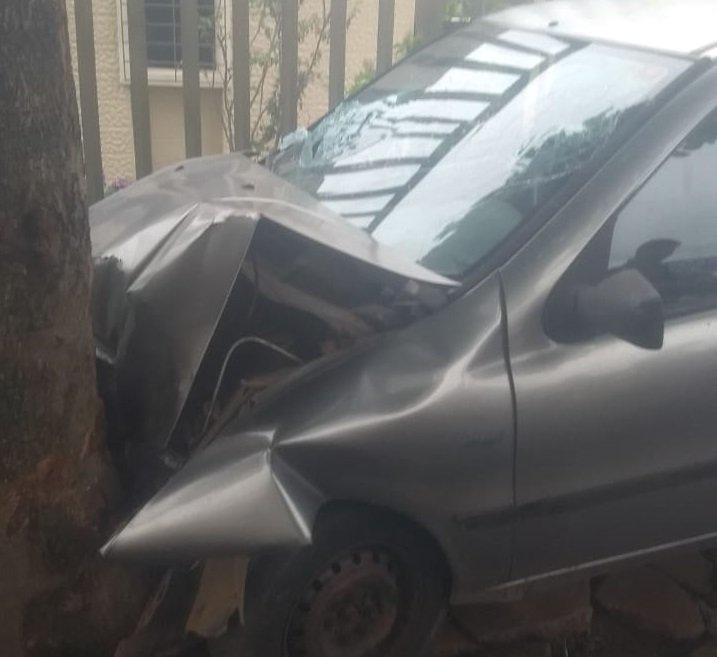 Motorista com suspeita de embriaguez bate em árvore no Centro de Patos de Minas