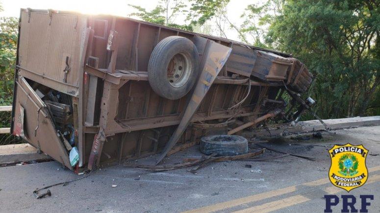 Motorista cochila ao volante e quase cai com caminhão de ponte em Paracatu