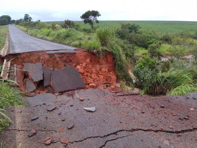 Parte da pista que liga Cruzeiro da Fortaleza e Guimarânia desaba; uma pessoa ficou ferida
