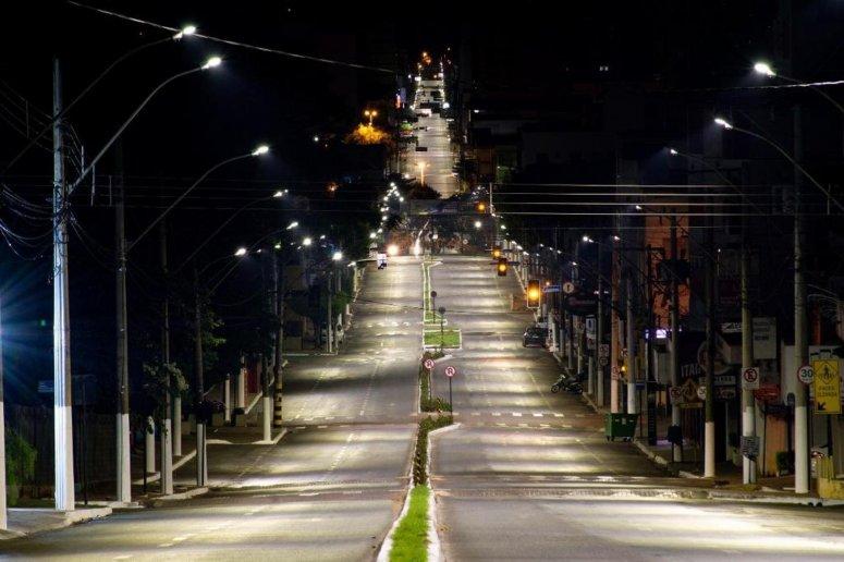 Prefeitura realiza substituição de luminárias em vias da cidade