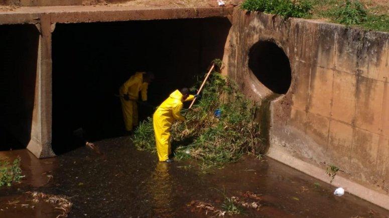 Serviços de limpeza urbana e conservação são executados nas margens do Córrego do Monjolo