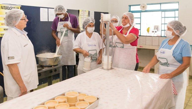 Produtoras rurais de Lagamar aprimoram produção de derivados do leite em treinamento do Sistema Faemg/ Senar Minas