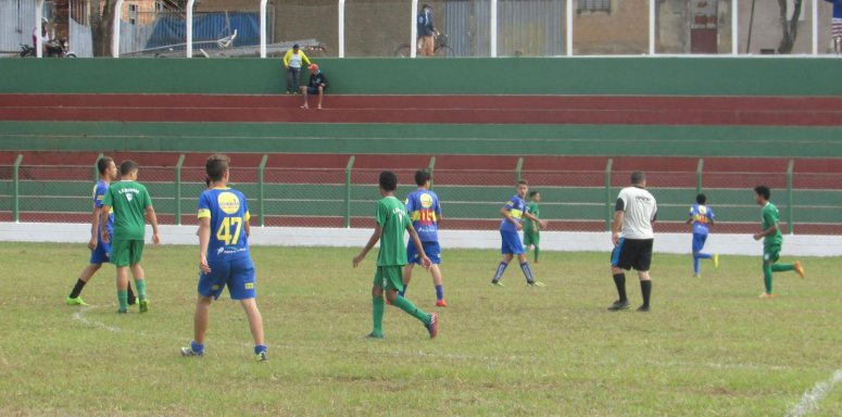 Inscrições para participar da escolinha de futebol do Estádio Municipal Edson Nunes de Paula já estão abertas