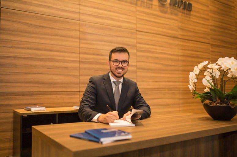 Professor do UNIPAM lança livro durante Fórum Jurídico