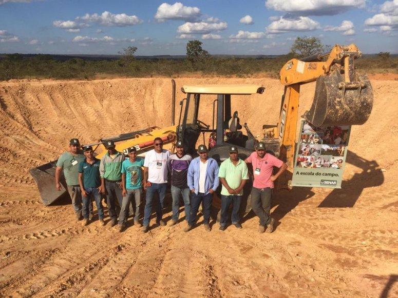 Trabalhadores rurais aprendem a construir barraginha em treinamento de operação de retroescavadeira