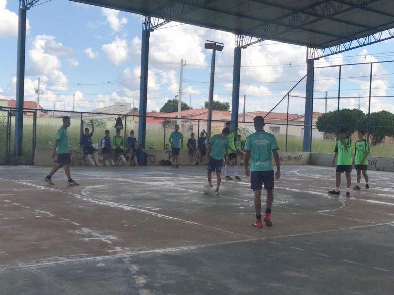 Crianças e adolescentes de programas sociais de esporte da Prefeitura participam de amistosos de futsal
