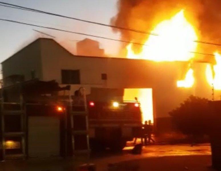 Fábrica de móveis é atingida por incêndio em Patos de Minas