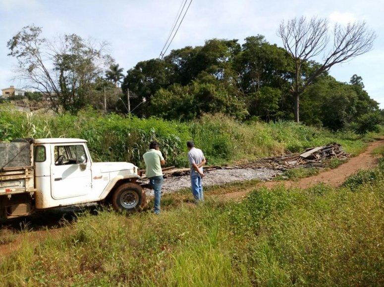 Fiscais de Posturas do Município flagram descarte ilegal de entulhos na beira do Córrego do Monjolo