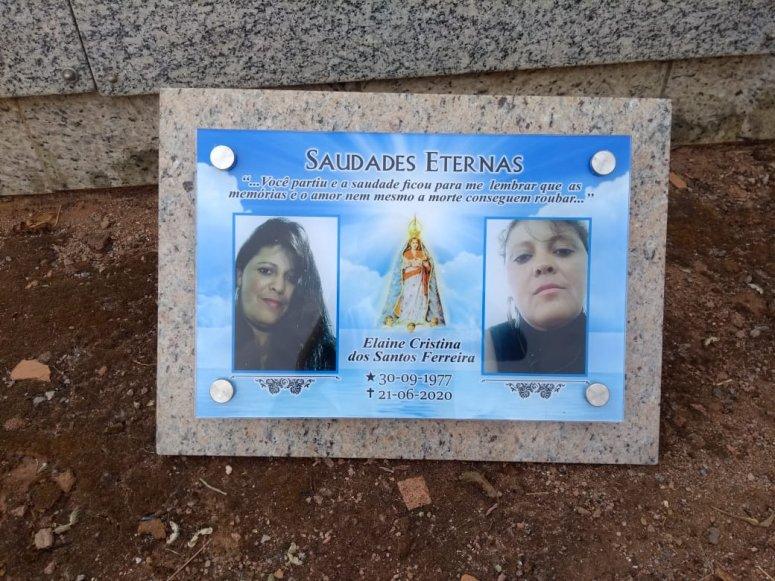 Família aciona polícia após homem suspeito de atropelar e matar mulher afixar placa no túmulo da vítima