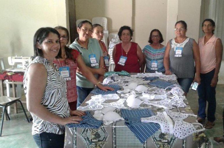 Moradoras de distrito de Vazante aprendem a fazer peças íntimas