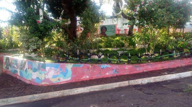 Praça do bairro Jardim Recanto é adotada formalmente por senhora que já cuida do espaço há vários anos