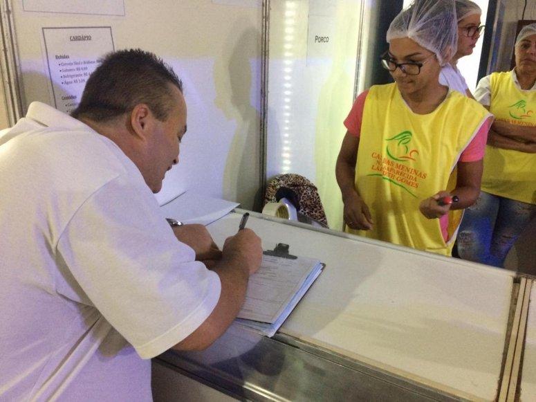 Vigilância Sanitária realiza ações de inspeção e orientação durante Fenapraça e Fenamilho