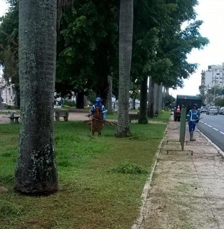 Servidores realizam limpeza dos canteiros da avenida Getúlio Vargas