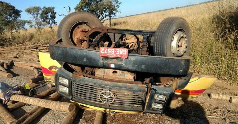 Caminhão fica de ponta cabeça após tombar na BR-040