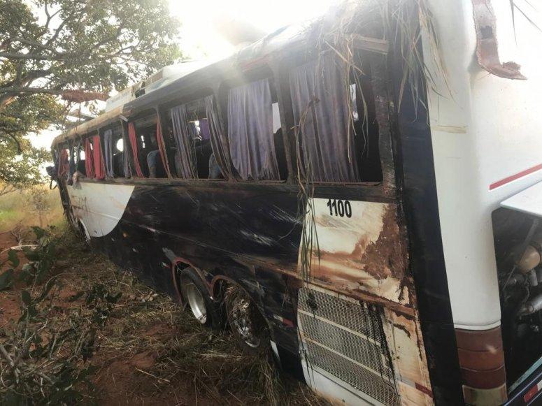 Ônibus tomba e 11 pessoas ficam feridas na BR-365