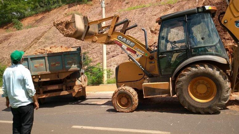 Prefeitura realiza a limpeza de pista após deslizamento na Avenida Fátima Porto