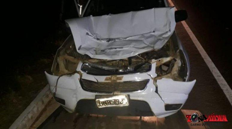 Carro da funerária de Rio Paranaíba atropela vaca na BR 146