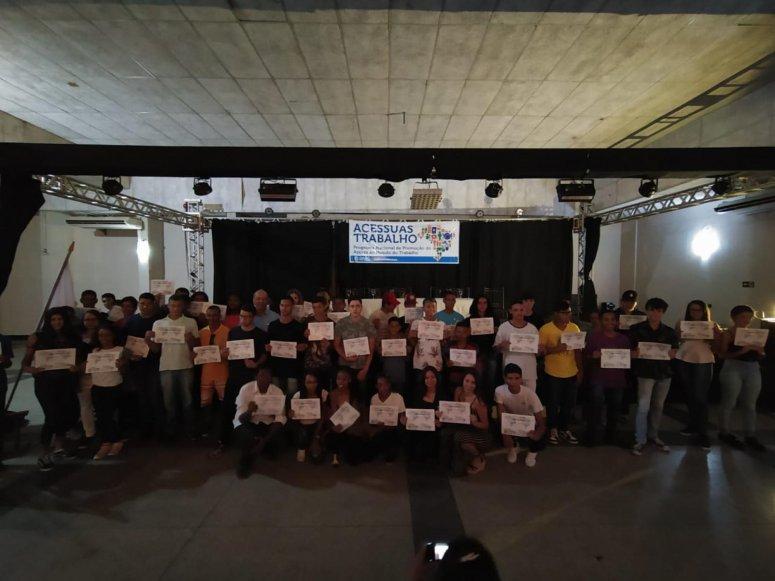 Certificados de conclusão das oficinas do Programa Acessuas são entregues